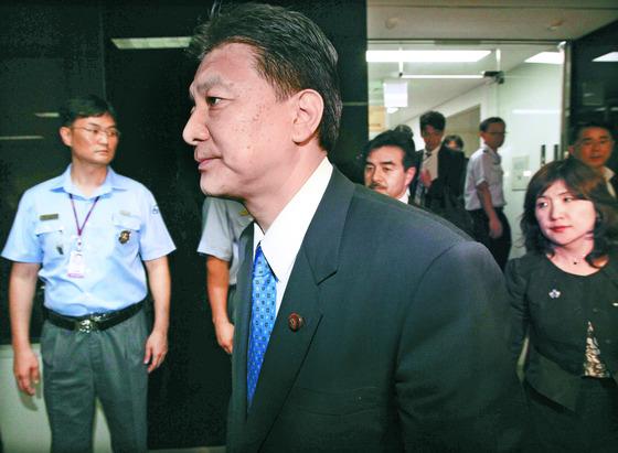 """지난 2011년 """"울릉도를 가겠다""""며 입국했다가 김포공항에 9시간 머물던 일본 자민당의 신도 요시타카 , 사토 마사히사 ,이나다 도모미 의원 ( 왼쪽부터 )이 출국장으로 가고 있다.[중앙포토]"""