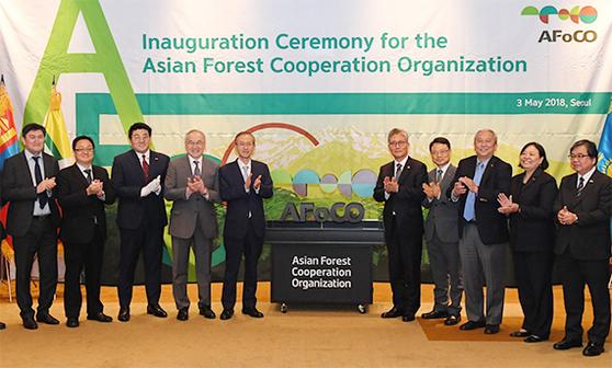 2018년 5월 3일 서울 에서 아시아 산림협력기구(AFoCO) 설립협정 발효 기념식이 열렸다. 이 자리에는 김재현 산림청장(오른쪽 다섯째)과 회원국 대사 등 90여명이 참석했다. [사진 산림청]
