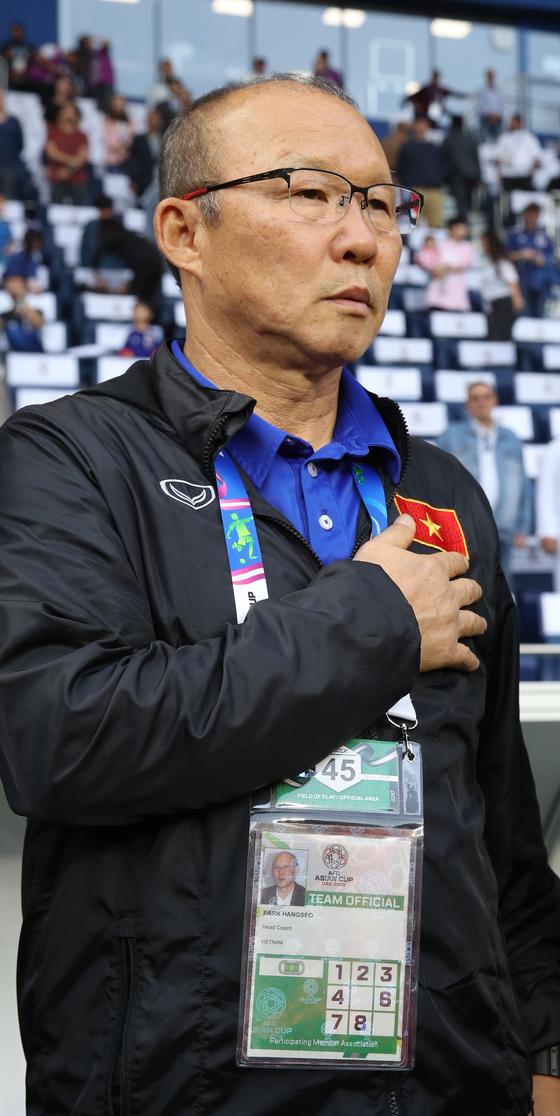 박항서 베트남 축구 국가대표팀 감독이 지난 1월 24일 아랍에미리트 두바이 알 막툼 경기장에서 열린 2019 아시아축구연맹(AFC)아시안컵 8강 일본과의 경기에서 국기에 경례하고 있다. [연합뉴스]