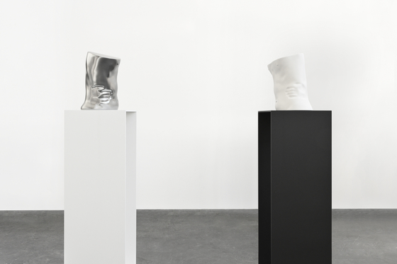 'The Influence, Fig. 2'(오른쪽)과 'The Influence, Fig. 1'( 2019 Aluminium, lacquer, steel torso: 각 34 x 30 x 24 cm plinth: 각 108 x 38 x 38 cm). [사진 국제갤러리]
