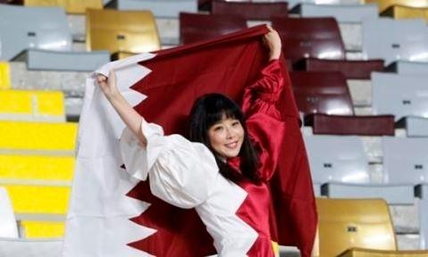 지난해 1월 22일 아랍에미리트(UAE) 아부두바이의 알 나얀 스타디움에서 열린 카타르와 이라크의 아시안컵 16강전 경기에서 카타르 국기 모양의 옷을 입고 카타르를 응원하고 있는 이매리의 모습. [AP=뉴시스]