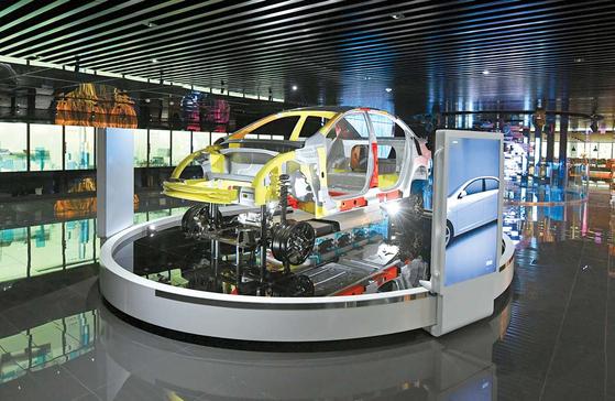 포스코가 개발한 기가스틸은 차량 경량화를 통해 연비를 개선한다. 포스코센터 스틸갤러리에 전시된 기가스틸 접목 전기차. [사진 포스코]
