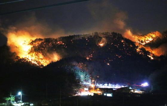 27일 오후 5시 40분쯤 경북 구미시 고아읍 대망리 왕산골 캠핑장 뒷산에서 난 산불이 강한 바람을 타고 빠른 속도로 번지고 있다. [뉴스1]
