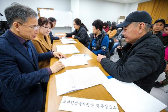 지난 18일 광주 고려인마을의 무료 법률상담소를 찾은 고려인들이 노강규 변호사와 상담을 하고 있다. 이곳에서는 임금체불부터 범죄·상해 ·비자 문제 등에 대한 상담이 이뤄진다. [프리랜서 장정필]