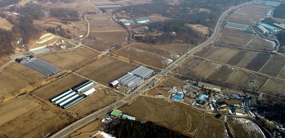 SK하이닉스는 지난달 21일 총 120조원이 투입될 세계최대 규모의 '반도체 클러스터' 후보지로 경기도 용인시를 선정하고 특수목적회사(SPC)를 통해 투자 의향서를 공식 제출했다고 밝혔다.[연합뉴스]