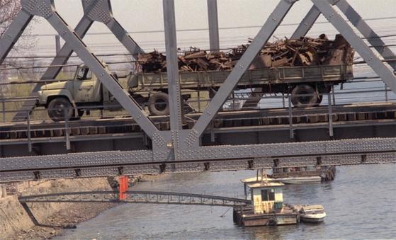북한의 고철을 실은 트럭이 신의주에서 단둥으로 연결된 조중우의교를 지나고 있다.