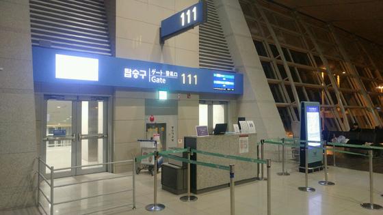 김학의 전 차관이 지난 22일 자정께 타고 가려 했던 태국 방콕행 비행기 출국장. 비행기가 출발한 직후에 현장을 찍어 문이 닫혀 있다.                          [김학의 일행 제공]