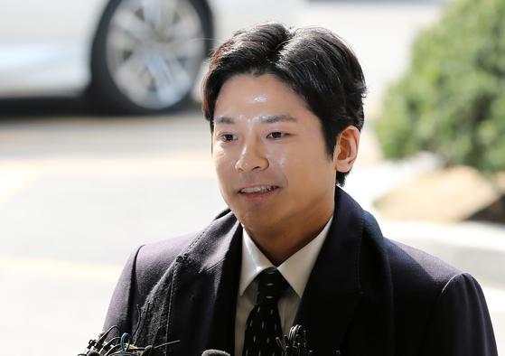 '버닝썬 폭행' 신고자 김상교씨(29)가 지난 19일 오전 서울지방경찰청 사이버수사대에 피고발인 신분으로 조사를 받기 위해 들어서며 취재진 질문에 답하고 있다. [뉴스1]
