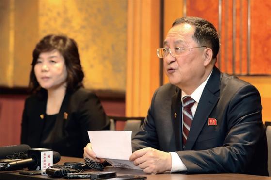 리용호 북한 외무상(오른쪽)과 최선희 외무성 부상이 3월 1일 새벽 하노이에서 긴급 기자회견을 열고, 북·미 협상 결렬이 미국 탓이라고 주장하고 있다. / 사진:연합뉴스