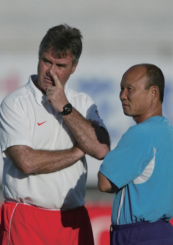 2002년 한·일 월드컵 당시 히딩크 감독과 박항서 코치. [중앙포토]