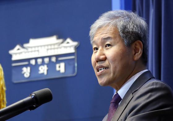 김수현 청와대 정책실장이 지난해 11월 11일 오후 청와대 춘추관에서 기자간담회에서 부동산 정책 관련 언급을 하고 있다. 연합뉴스