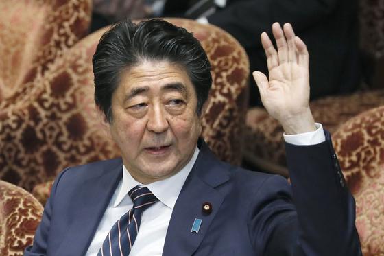 지난달 18일 아베 신조 일본 총리가 일본 중의원에 출석해 손을 들어 발언 의사를 나타내고 있다. [교도=연합뉴스]