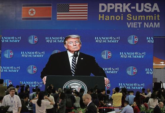 """하노이 회담 결렬 직후 트럼프 미국 대통령은 '북한은 제재 완화를 요구했지만 우리가 원했던 것을 주지 못했다""""라고 강조했다. / 사진:연합뉴스"""