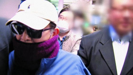 22일 저녁 인천국제공항에서 출국이 제지된 뒤 공항 밖을 빠져나오는 김학의 전 차관(왼쪽 끝)의 모습. [중앙포토]