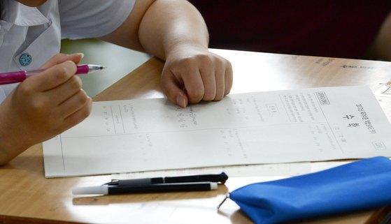 경기도 한 고교에서 학생들이 2017년 국가수준 학업성취도평가를 치르고 있다. [뉴스1]