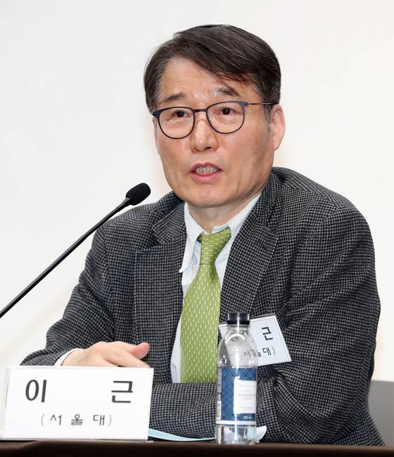 한국경제학회 토론회에서 발표중인 이근 서울대 교수. [변선구 기자]