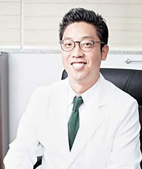 홍승범 원장은 척추 관절 질환에 대한 도수치료, 비수술 치료를 시행하고 있다.