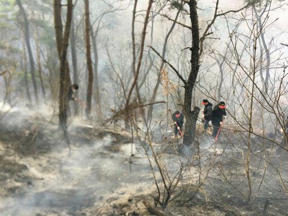 지난 28일 산림 당국이 경북 구미시 고아읍 왕산골 뒷산에서 발생한 산불을 14시간여 만에 진화하고 잔불을 정리하고 있다. [연합뉴스]