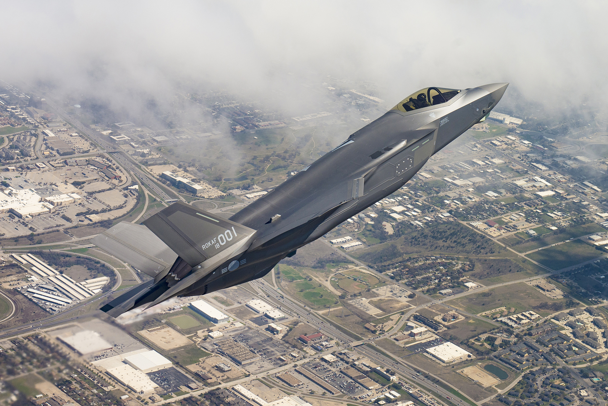 공군 F-35A 1호기가 지난해 3월 미국 텍사스주 포트워스 록히드마틴사 최종 조립공장에서 열린 출고행사에서 시험비행하고 있다.[사진 방위산업청]
