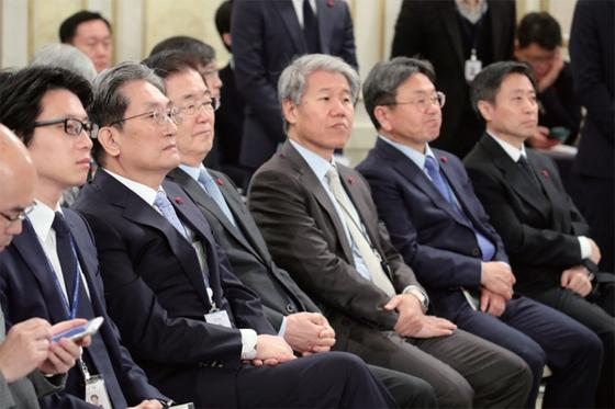 1월 10일 청와대 본관에서 열린 신년 기자회견에서 청와대 비서진이 대통령의 연설을 지켜보고 있다. / 사진:연합뉴스