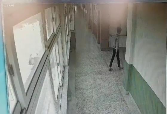 지난 25일 오전 11시300분쯤 경북 포항의 한 중학교에서 김모(15)군이 투신을 하기 전에 고민하며 왔다갔다 하는 모습이 폐쇄회로TV(CCTV)에 찍혔다. [사진 김군 아버지]
