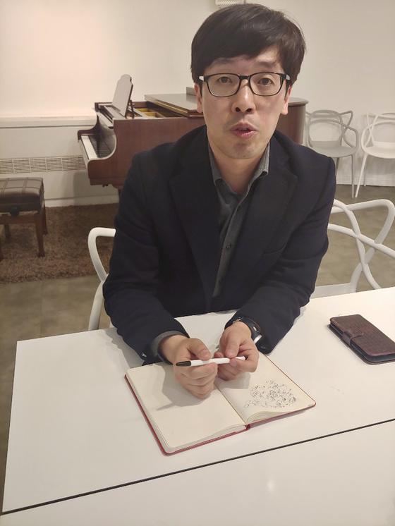 지난 19일 서울 필동 작업실에서 만난 주원규 작가가 6개월 동안 강남 클럽에 위장 잠입해 취재한 내용을 이야기하고 있다. 최은경 기자