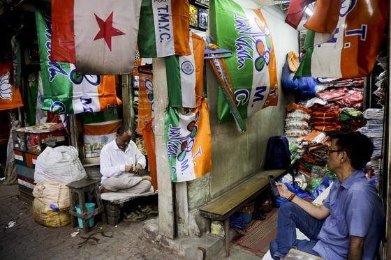 인도 콜카타의 도매시장에서 총선에 참가하는 각 정당의 깃발이 진열돼 있다. [AP=연합뉴스]