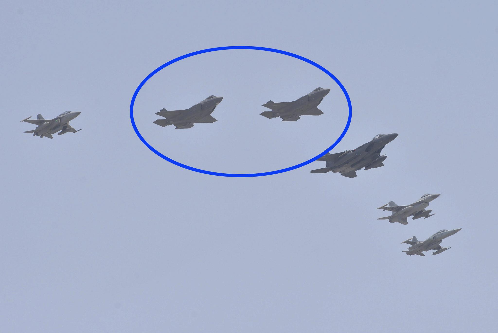 공군의 첫 스텔스 전투기인 F-35A(파란원) 2대가 F-4E 팬텀, FA-50, F-15K, KF-16, F-5E의 호위를 받으며 청주 공군 17 비행단 상공을 비행하고 있다. 프리랜서 김성태