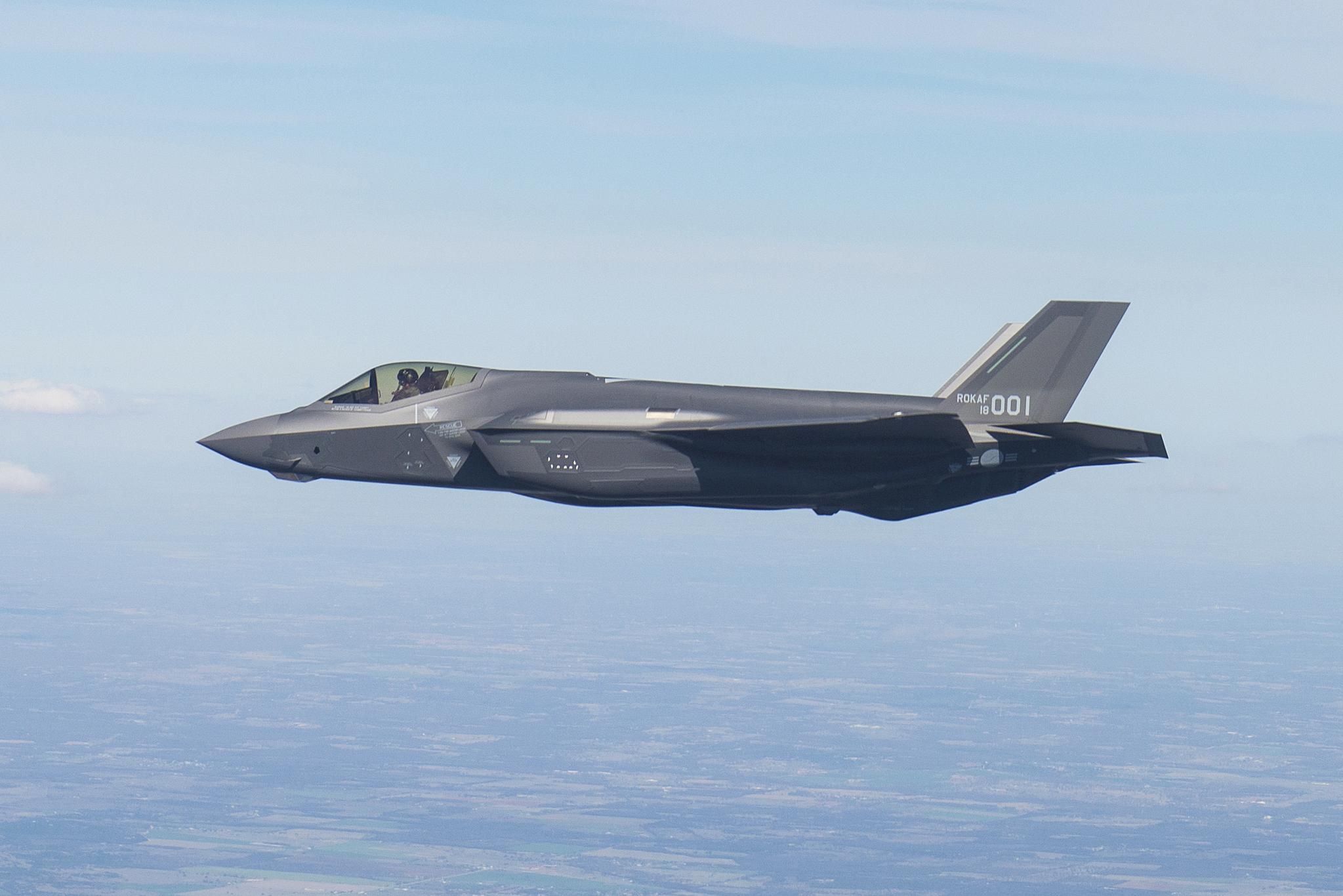 한공군의 F-35A 1호기가 지난해 3월 미국 텍사스주 포트워스 록히드마틴사 최종 조립공장에서 열린 출고행사에서 시험비행하고 있다. [사진 방위산업청]