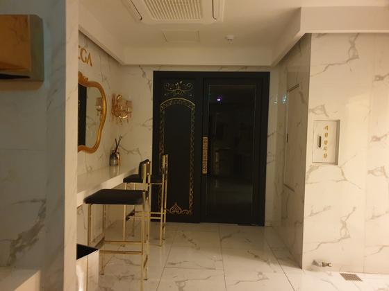 기자가 25일 밤 B 샴페인바를 방문했을 때 일부 공간에 불이 켜진 채 영업은 하지 않았다. 이병준 기자