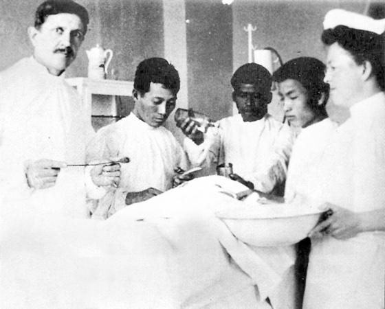 대구제중원의 초대원장인 존슨 선교사(맨 왼쪽)와 의료진이 수술하는 모습. [사진 동산병원]