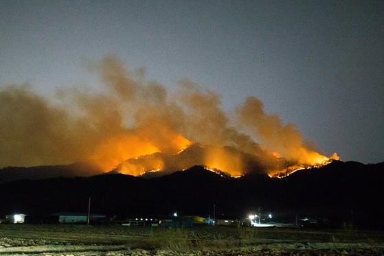 지난 27일 오후 5시 40분께 경북 구미시 고아읍 대망리 왕산골 캠핑장 뒷산에서 불이 나 접성산 정상으로 번지고 있다. [연합뉴스]