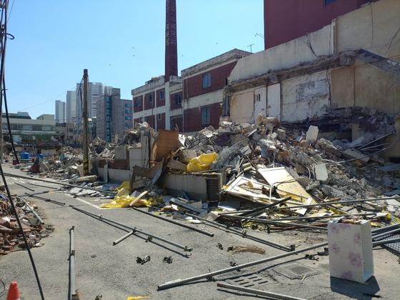 인천 미추홀구 숭의동의 집창촌 옐로하우스에서 철거가 계속되고 있다. 건물 몇 곳에는 여전히 사람이 살고 있다. 최은경 기자