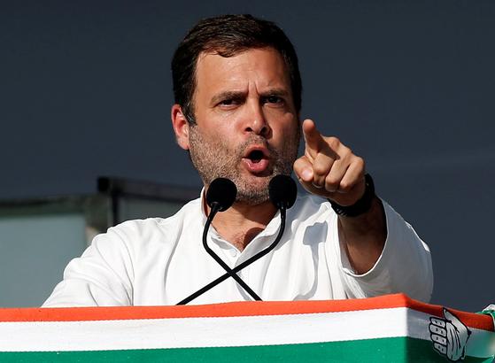 인도 제1야당인 국민회의(INC)의 라훌 간디 대표가 3월 12일 구자라트에서 열린 지지자 집회에서 연설하고 있다. 2014년 총선에서 참패한 라훌 간디는 이번 선거에서 집권을 노린다. [로이터=연합뉴스]