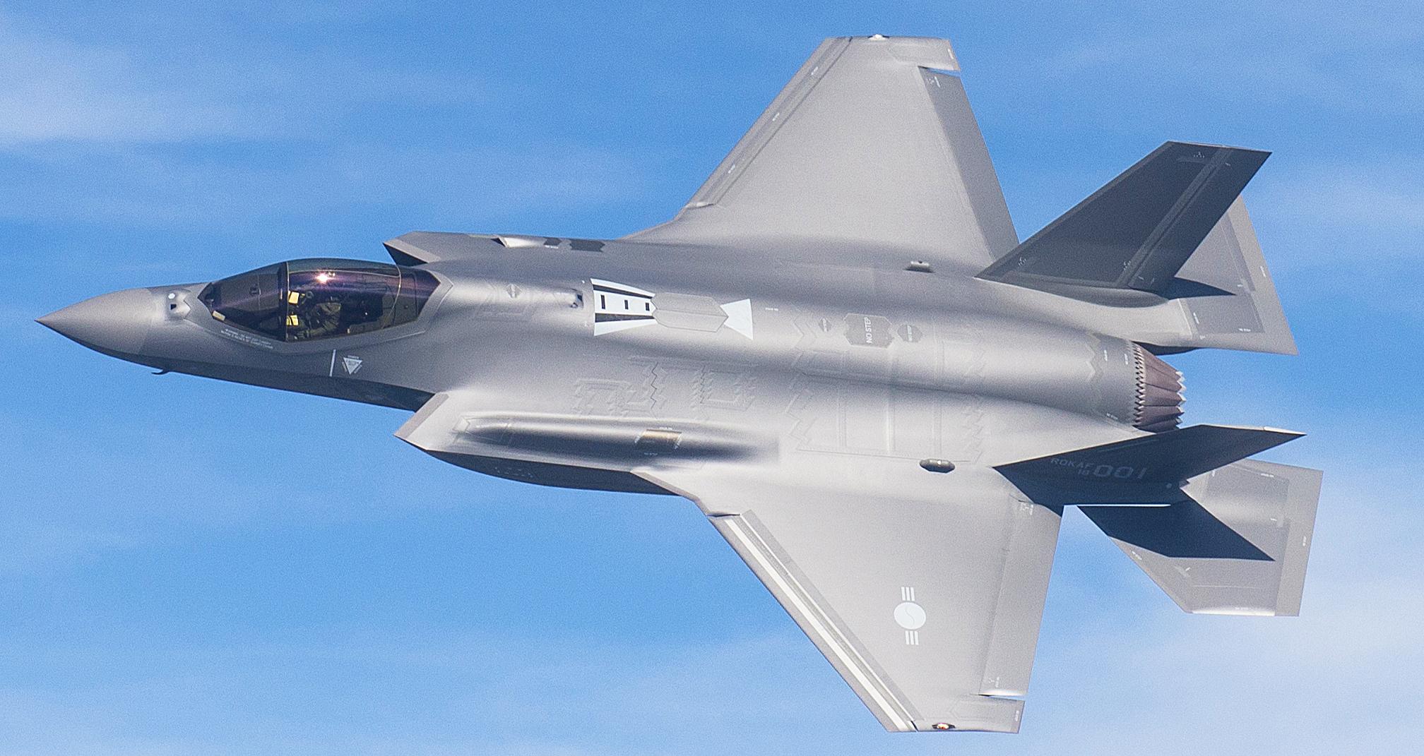한국 공군의 F-35A 1호기가 지난해 3월 미국 텍사스주 포트워스 록히드마틴사 최종 조립공장에서 열린 출고행사에서 시험비행하고 있다. [사진 방위산업청]