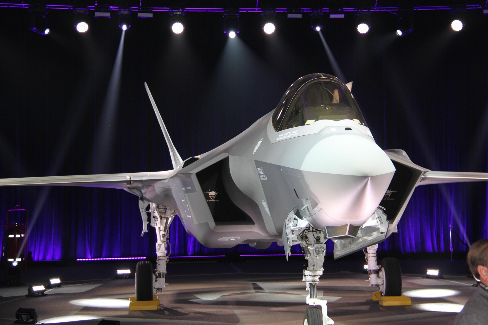 공군의 첫 스텔스 전투기 F-35A 1호기가 지난해 3월 제작사인 록히드마틴의 미국 텍사스주 포트워스 최종 조립공장에서 공개되고 있다. [사진 방위산업청]