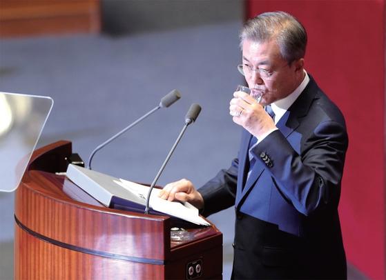문재인 대통령이 지난해 11월 1일 국회 본회의장에서 2019년도 예산안에 대한 시정연설을 하며 물을 마시고 있다. / 사진:연합뉴스