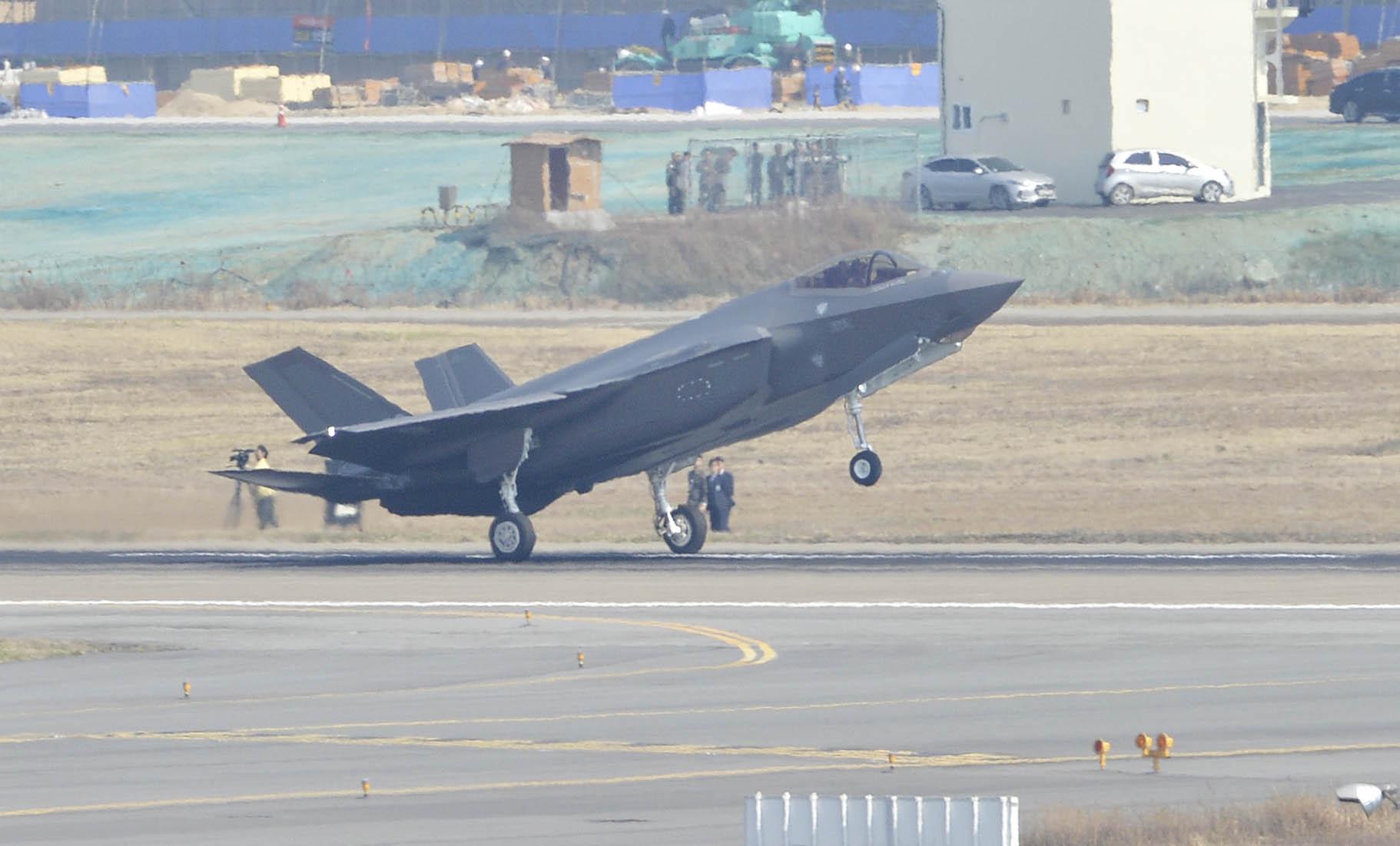F-35A 스텔스 전투기가 청주 공군기지에 착륙하고 있다. 프리랜서 김성태