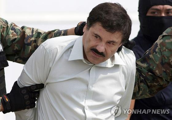 멕시코 마약왕 '엘 차포' 구스만이 지난 2014년 체포되는 모습. [AP=연합뉴스]