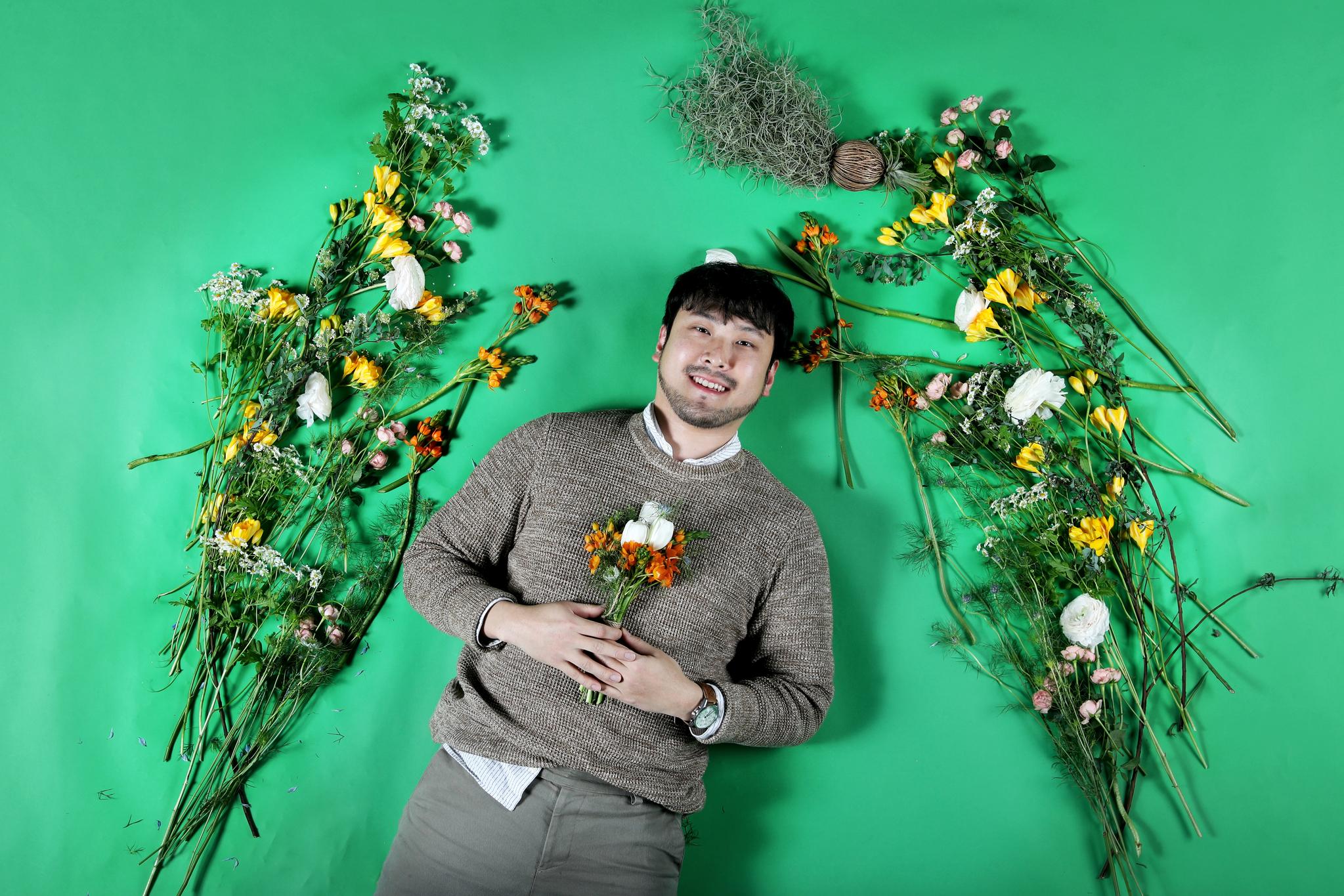 금남의 구역에 도전한 플로리스트 허정목씨가 봄철에 어울리는 꽃들과 함께 하고 있다. 장진영 기자