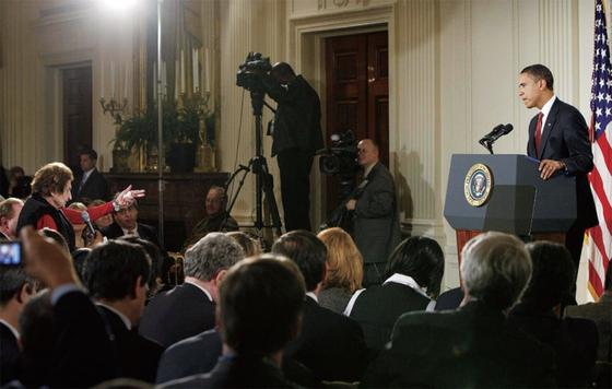 헬렌 토머스 기자(왼쪽)가 2009년 2월 백악관 기자회견에서 버락 오바마 대통령에게 삿대질하듯 질문을 퍼붓고 있다.
