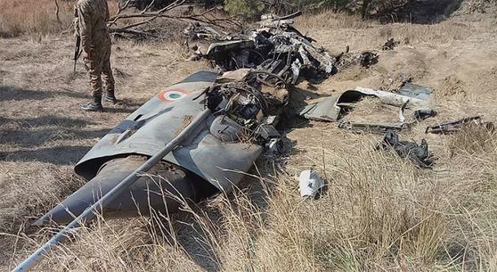 2월 28일 파키스탄령 카슈미르 지역에서 파키스탄 전투기에 격추된 인도 공군 소속 미그21 전투기의 잔해를 파키스탄 군인이 지키고 있다. / 사진:연합뉴스