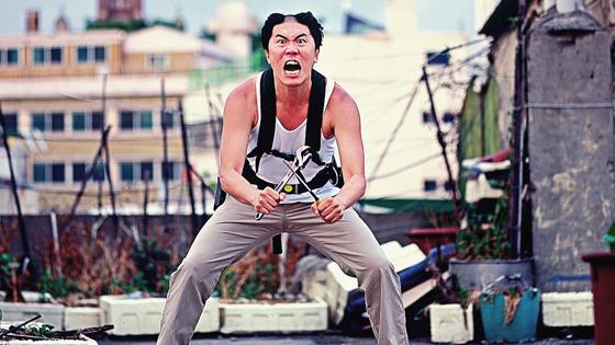 영화 '오늘도 평화로운' 한 장면. 주인공 영준(손이용)의 깎다 만 헤어스타일은 극 중 그가 영화 '아저씨'의 원빈처럼 삭발하려다 중국에 갈 배시간이 시급해 멈추면서 만들어진다. [사진 꾸러기스튜디오]