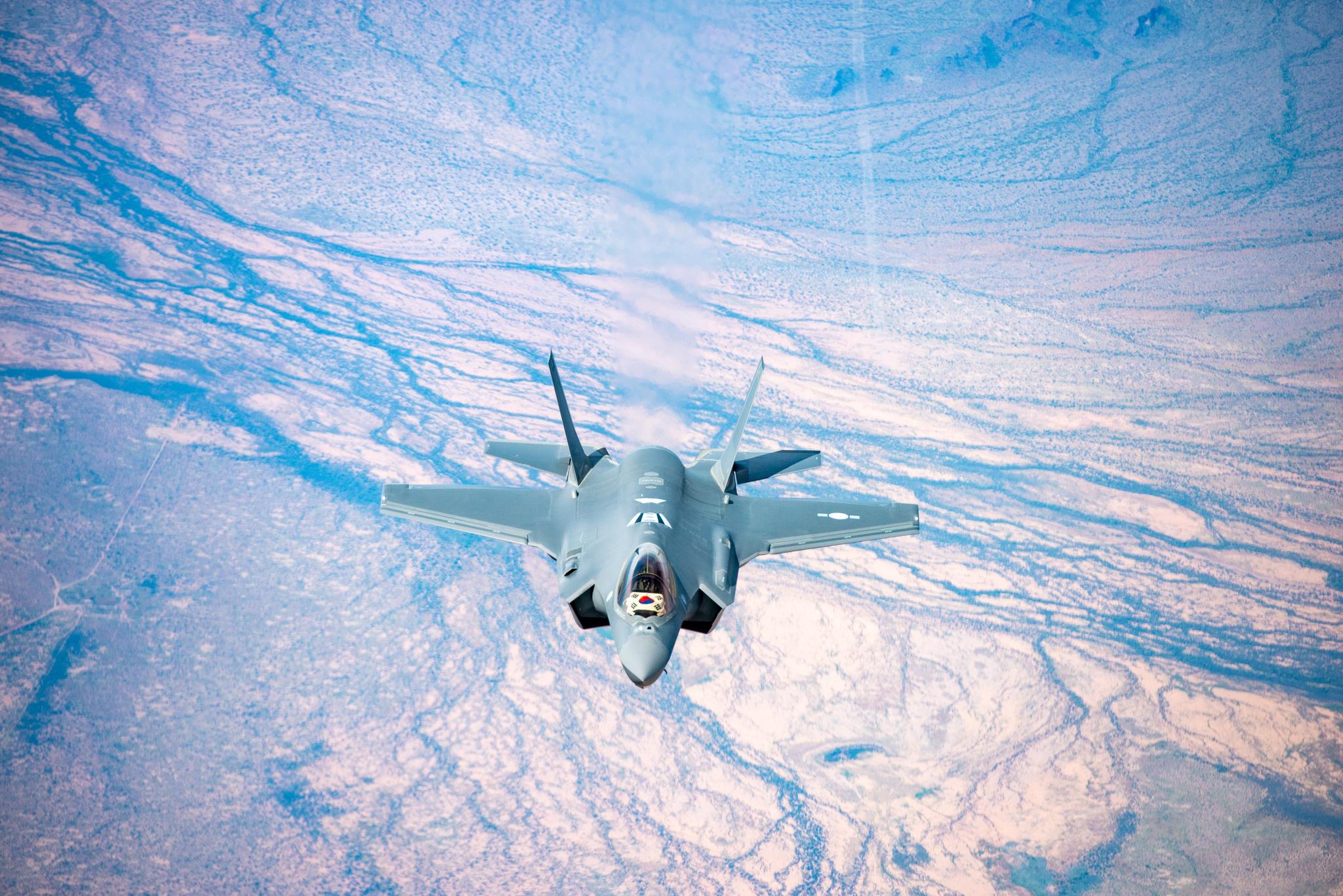 우리 공군의 첫 스텔스 전투기인 F-35A 2대가 29일 오후 청주 공군기지에 도착했다. 미국 애리조나주에 있는 루크 공군기지에서 출발, 한국으로 비행하고 있는 F-35A.[사진 방위사업청]