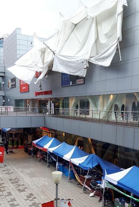 서울 곳곳에 강한 돌풍이 분 30일 서울역에 마련된 쇼핑몰 행사장의 천막이 바람에 날려 떨어지는 사고가 발생했다. [독자제공=연합뉴스]