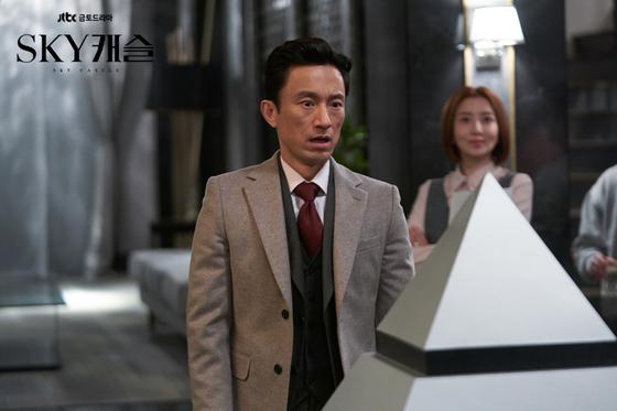 'SKY 캐슬'에서 차민혁 교수 역할을 맡은 김병철. 피라미드 꼭대기를 향해 달려간다. [사진 JTBC]