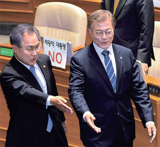 2017년 6월 12일 문재인 대통령의 국회 시정연설을 앞두고 자유한국당 의원들 자리에 '제왕적 대통령 NO'라고 쓴 종이가 붙어있다.