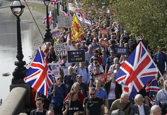 브렉시트 찬성 시위대가 29일(현지시간) 런던 도심에서 행진하고 있다. [AP=연합뉴스]