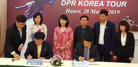 북한의 조선국제려행사와 베트남관광협회는 28일 베트남 하노이 노동조합호텔에서 협력 협약을 체결했다. 북한은 지난 27일부터 4일간 하노이에서 열리는 베트남국제관광박람회에 처음 참가했다. [연합뉴스]