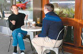 2010년 애플 창업자인 고(故) 스티브 잡스가 구글의 에릭 슈미트 당시 CEO를 실리콘밸리 내 한 카페에서 만나 이야기를 나누고 있다. 사진=기즈모도